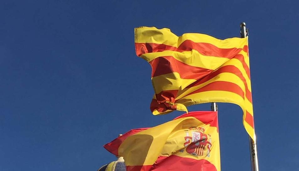 Les banderes catalana, espanyola i de Lleida al terrat del Palau de la Paeria.