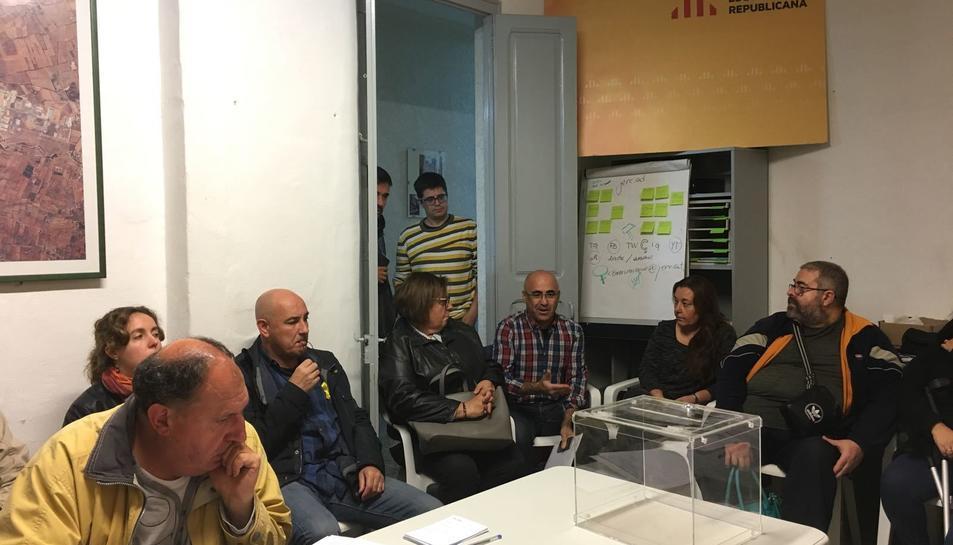 Imatge de la reunió d'ERC a Valls, amb Òscar Peris.