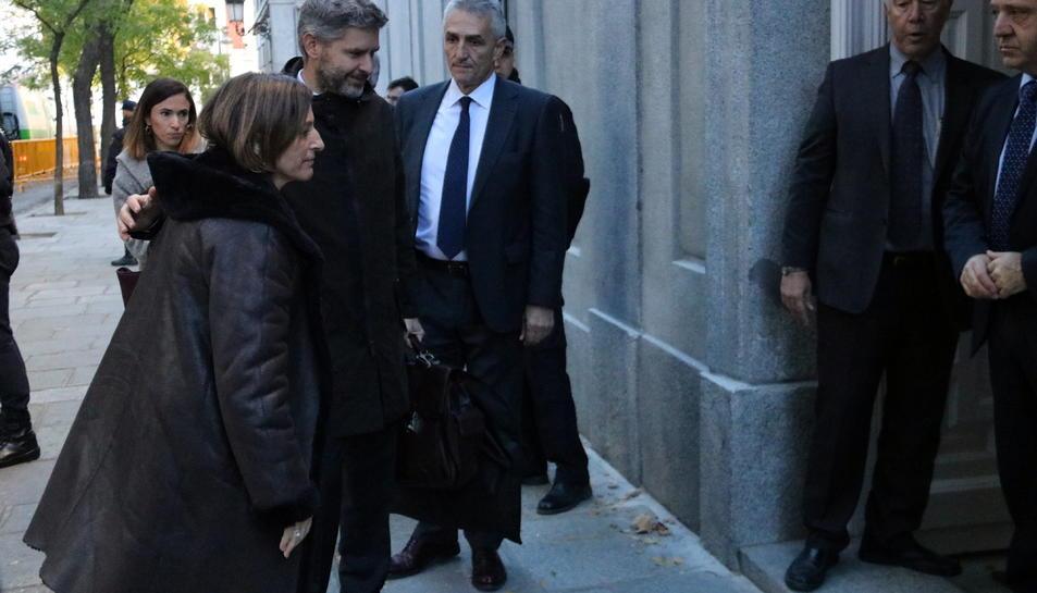 La presidenta del Parlament, Carme Forcadell, entrant amb el seu advocat, Andreu van den Eynde, al Suprem.