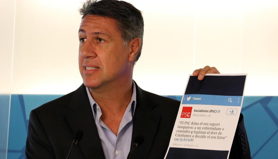 El president del PPC, Xavier García Albiol, mostrant un paper amb una piulada del PSC.