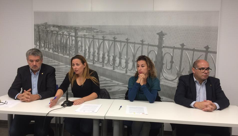 Els portaveus dels grups municipals d'ERC, Partit Demòcrata, CUP i Units per Avançar (UpA) a Tarragona, Pau Ricomà, Cristina Guzmán, Laia Estrada i Josep M. Prats, respectivament, en roda de premsa.