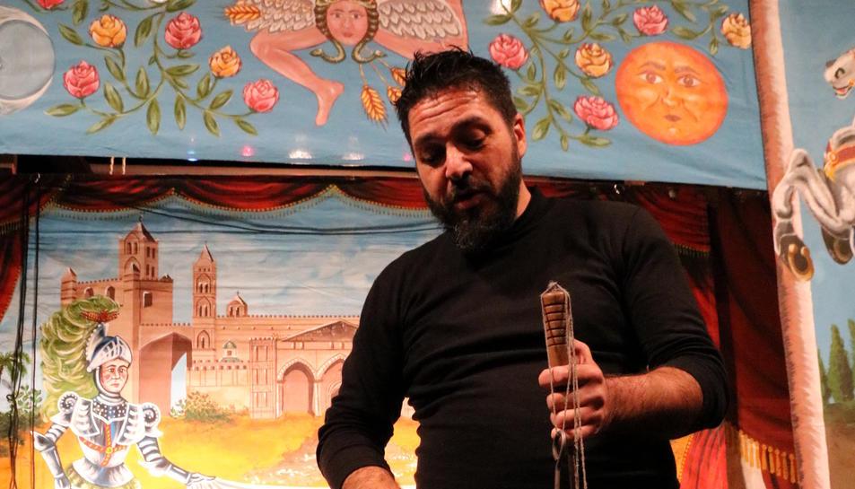 Salvatore Bumbello, titellaire de la companyia Opera dei Pupi Brigliadoro, mostrant una de les marionetes de l'espectacle 'Duello di Orlando e Rinaldo per amore della bella Angelica', al Teatre Principal de Valls, el 10 de novembre del 2017
