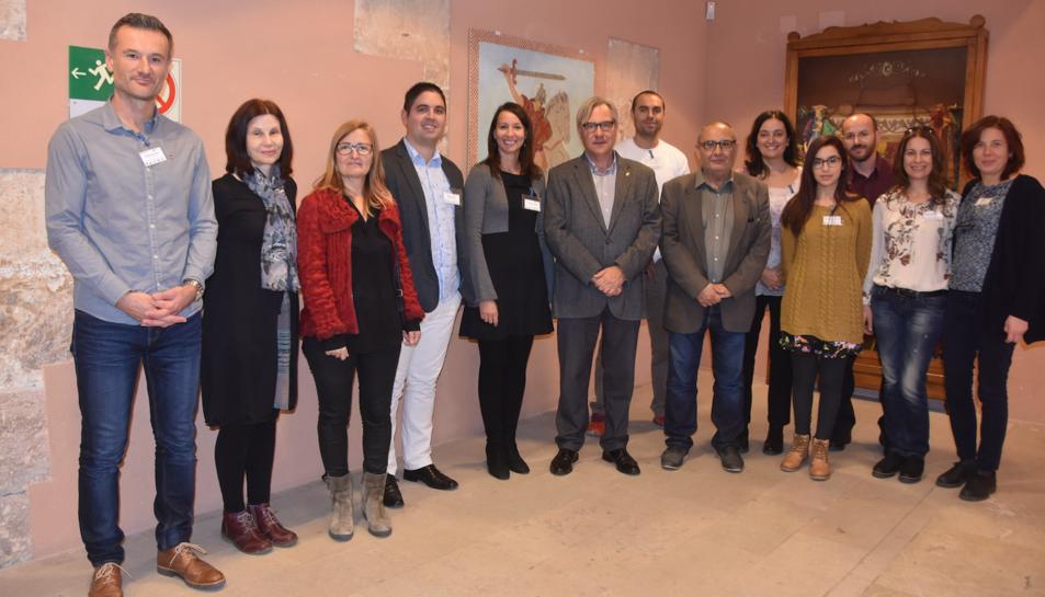El grup de docents amb l'alcalde de Torredembarra, Eduard Rovira, i el regidor d'Educació, Jordi Solé.