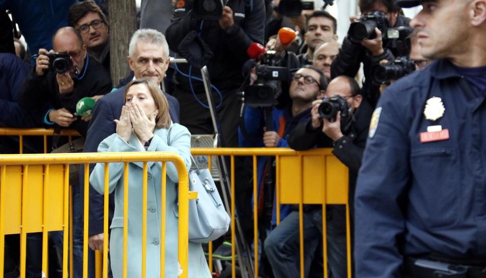 Forcadell acomiadant-se amb un petó dels concentrats per donar-li suport, el 2 de novembre.