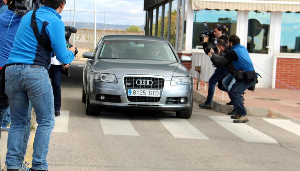 Imatge del cotxe oficial de la presidenta del Parlament, Carme Forcadell, abandonant la presó d'Alcalá Meco.
