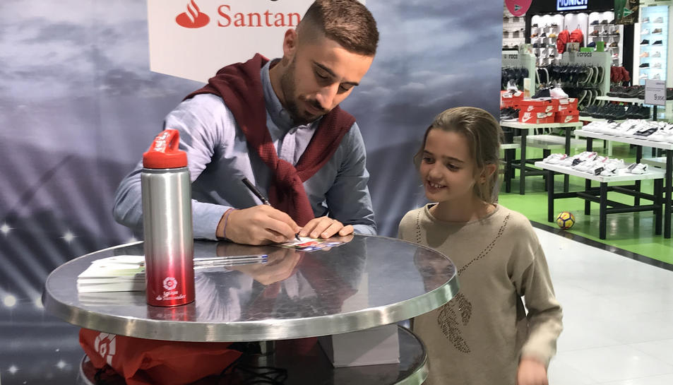Omar, signant un autògraf.
