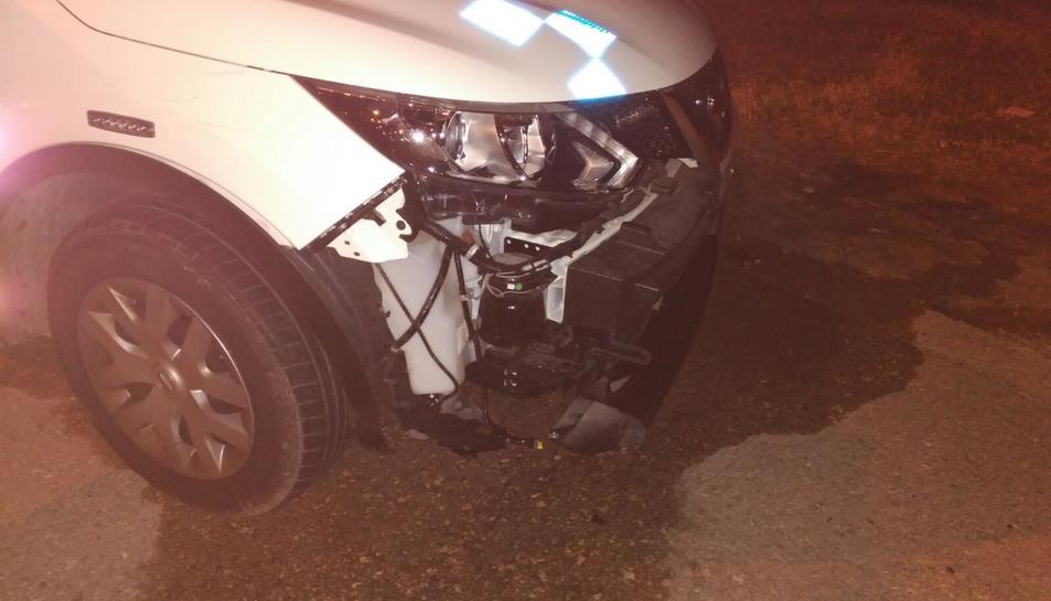 El para-xocs del vehicle policial va quedar totalment arrancat i inutilitzat.