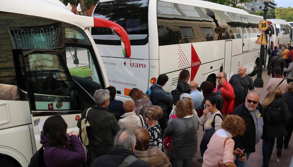 Pla obert picat de diversos passatgers esperant per pujar a l'autobús a Tarragona l'11 de novembre de 2017