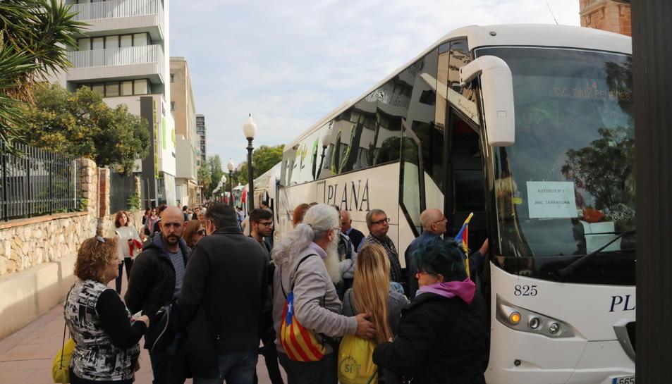 Pla mig d'un grup de passatgers esperant per pujar a l'autobús a Tarragona l'11 de novembre de 2017
