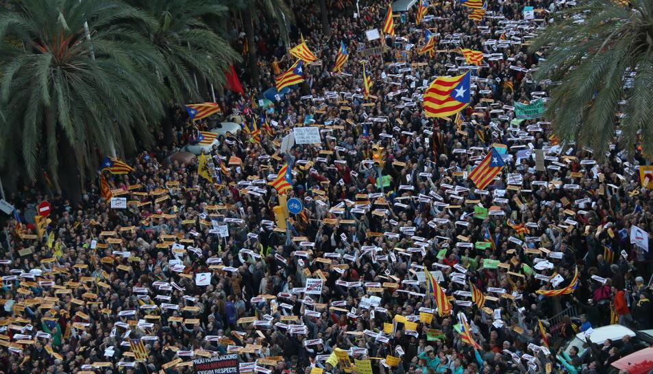 Centenars de manifestants mostren cartells demanant l'alliberament dels presos.