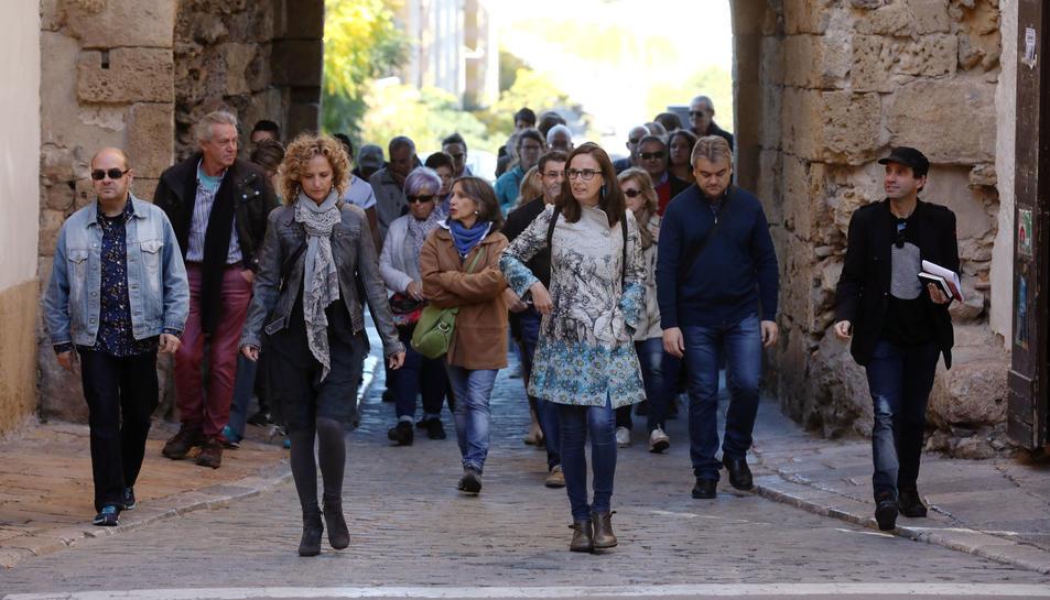 En primer terme, Marta Serrano i Esther Lozano, dirigint el grup que s'incorpora a la plaça del Pallol des del Portal del Roser.