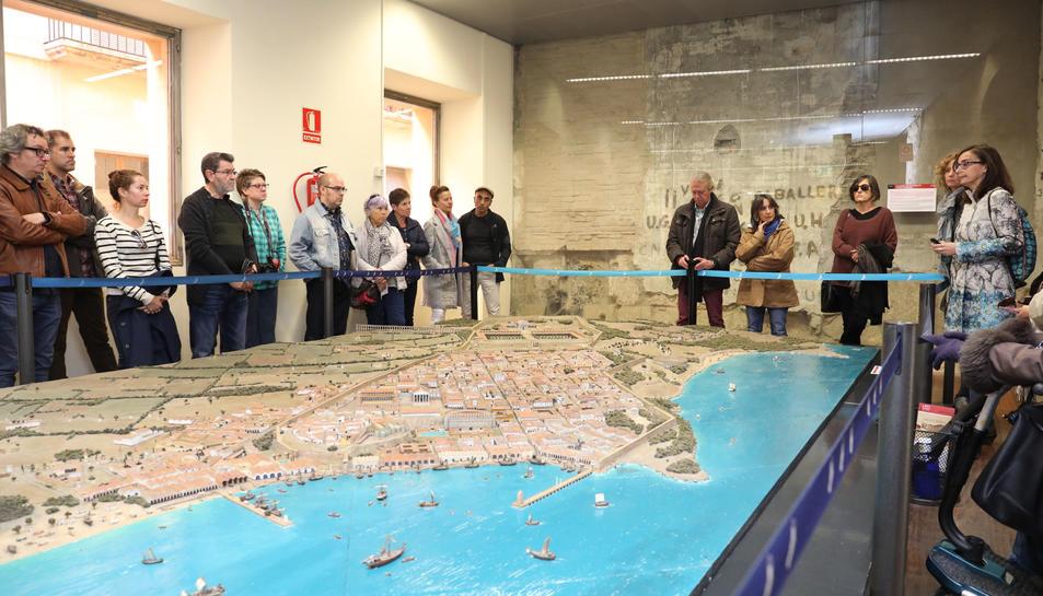 Els participants en la ruta van visitar la maqueta de la Tarraco del segle II.