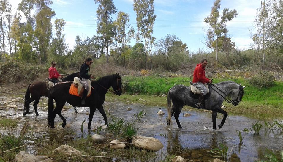 Genets i cavalls recorren el riu Francolí al seu pas per Tarragona