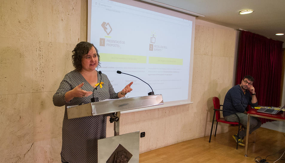 La regidora de Participació Ciutadana, Montserrat Flores, presentant la iniciativa.