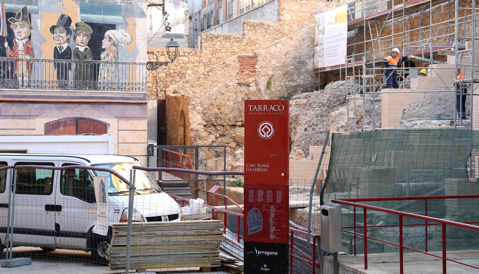 Amb la construcció de les grades de fusta els visitants podran seure a sobre de les restes romanes.