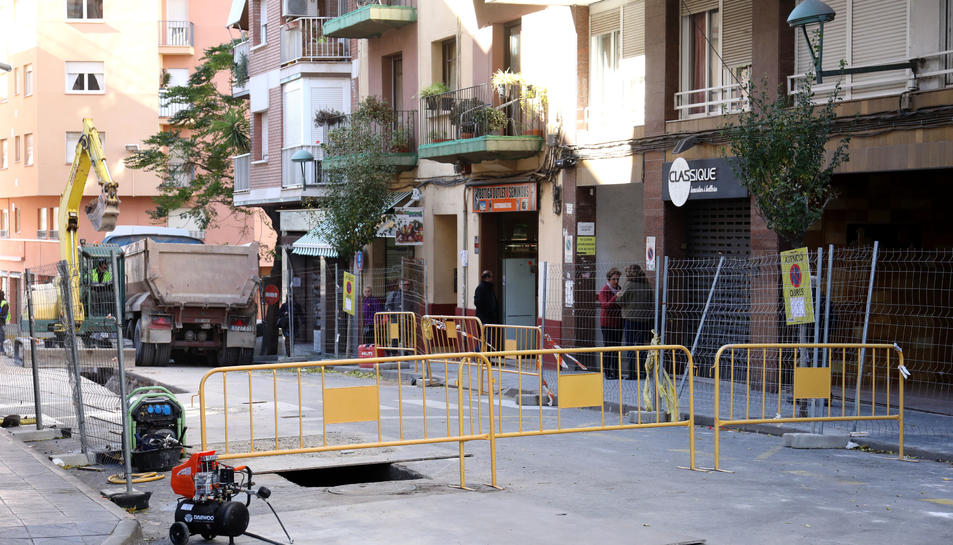 Aspecte que oferia ahir al matí el carrer Sevilla com a resultat de les obres que es duen a terme.
