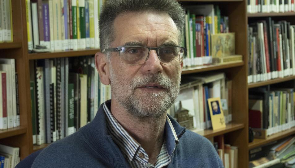 Alfons Cama, autor de L'olor de la seva pell, va néixer a Calonge i des del 1987 resideix a Tarragona.