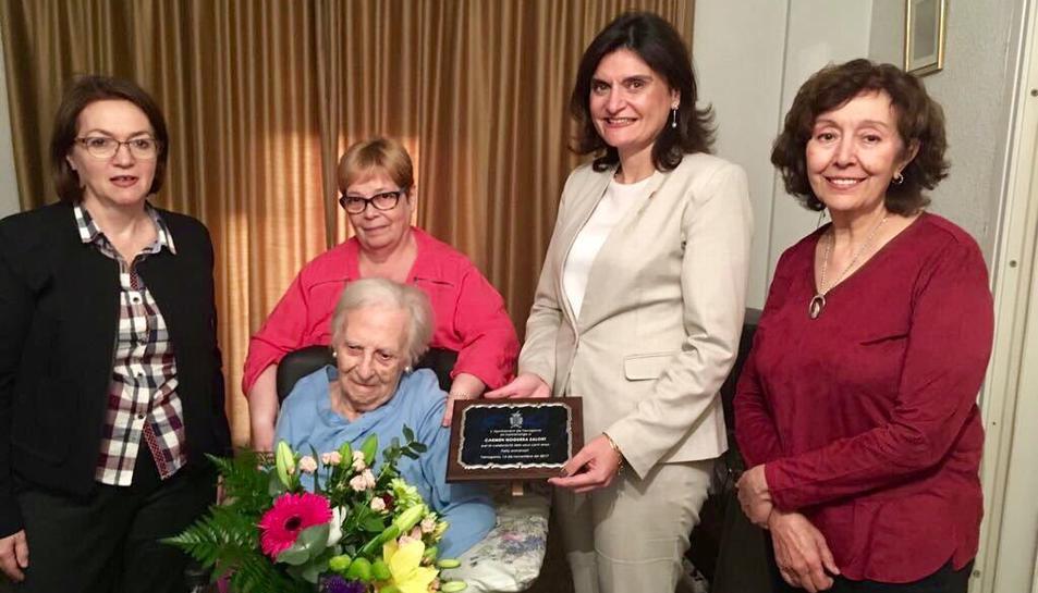 La centenària Carmen Noguera acompanyada de la regidora d'Esports, Elisa Vedrina, i els seus familiars.