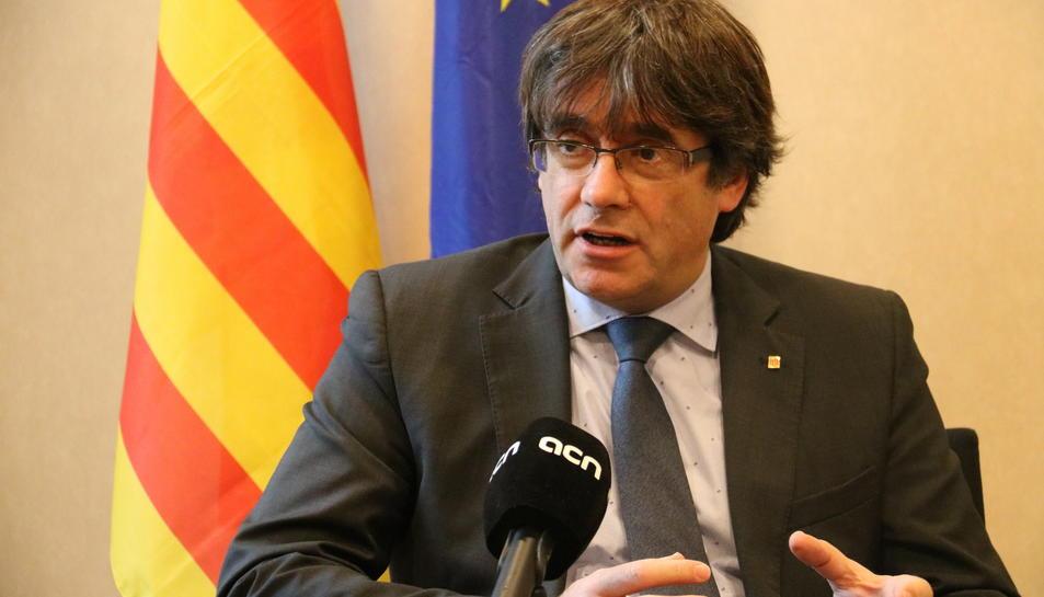 El president Carles Puigdemont gesticula durant una entrevista amb l'ACN el 10 de novembre.