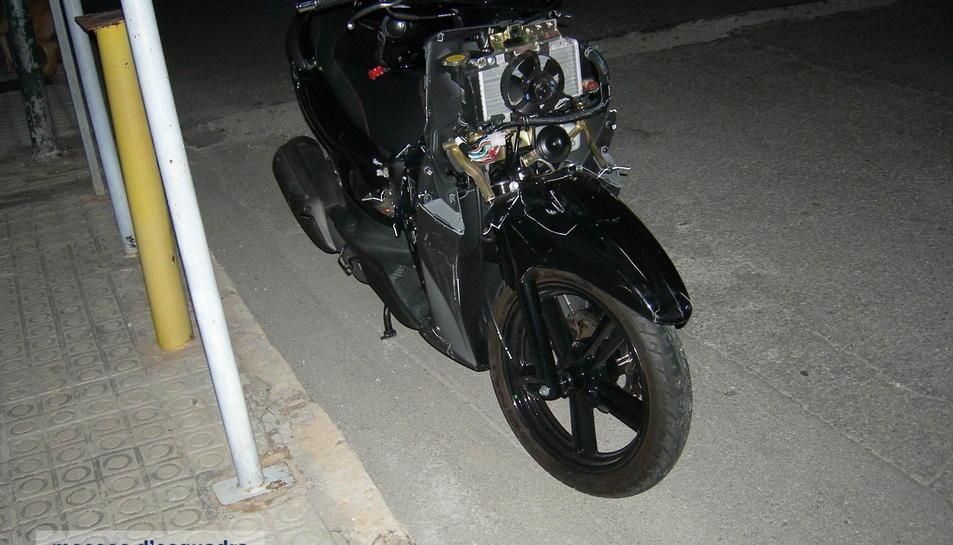 Estat en què va quedar la motocicleta implicada en un accident de trànsit a la C-31 a Cubelles l'11 de novembre.