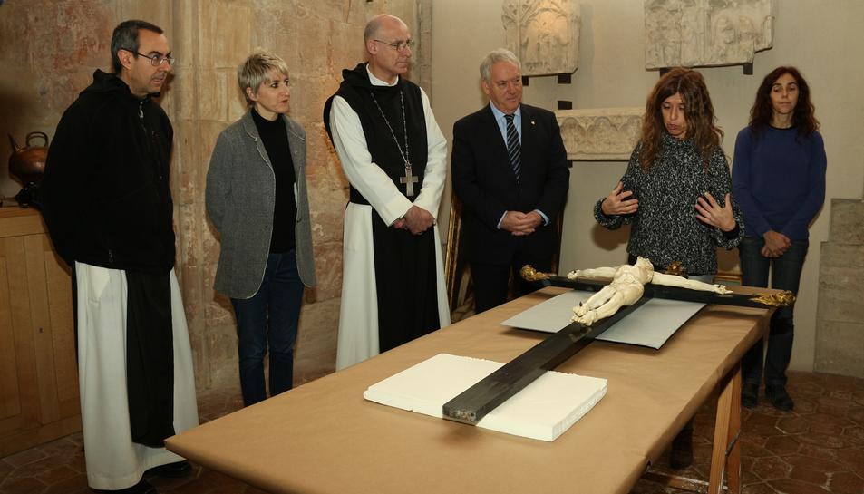 El president de la Diputació, Josep Poblet, amb l'abat del cenobi, P. Octavi Vilà, i el prior, P. Rafael Barruè veient el Crist d'ivori del s.XVII