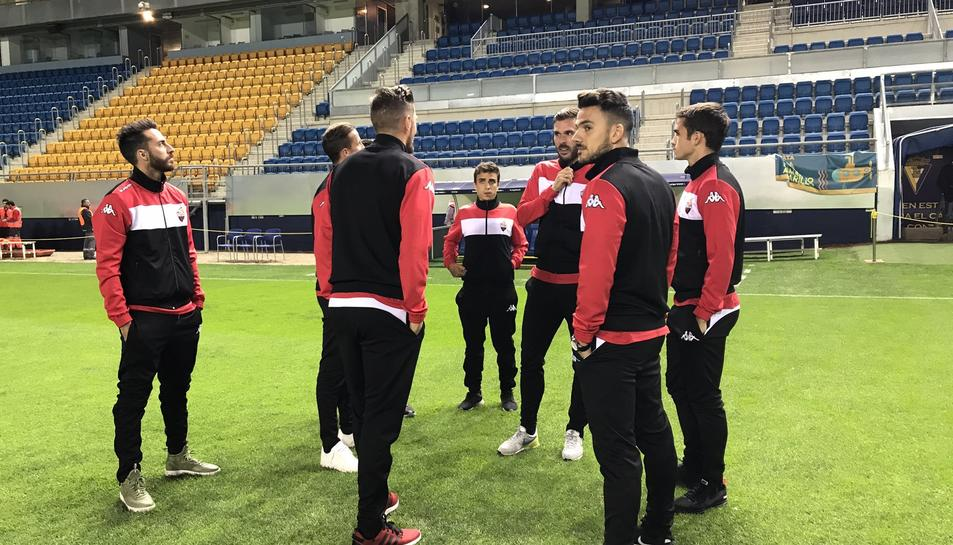 Els jugadors del CF Reus, a la gespa abans del partit.