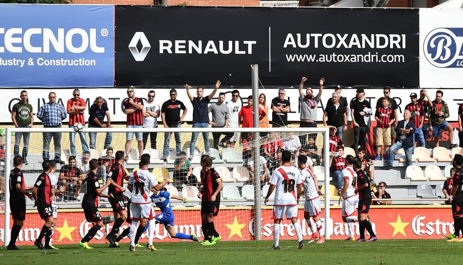 Els reusencs defensen una jugada a pilota aturada en la visita del Rayo Vallecano a l'Estadi Municipal.