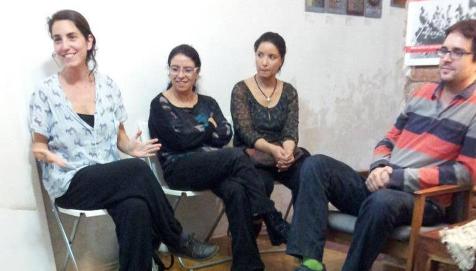 Anna Llupià (a l'esquerra), en un taller de Signar en Família.