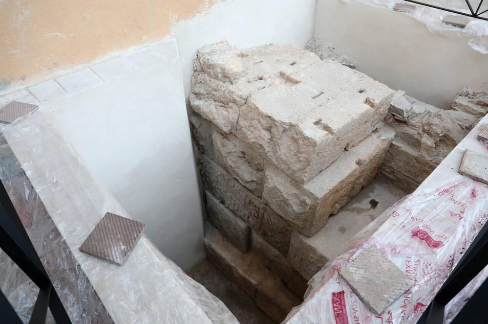 Les restes del mur perimetral del tèmenos aparegudes al pati del Museu Bíblic són de gran potència i aporten nova informació.