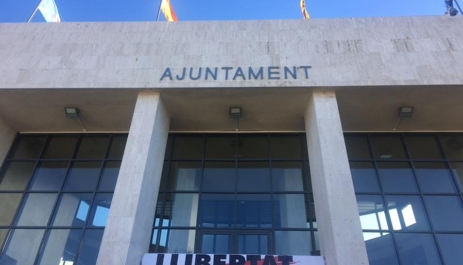 La pancarta d'Òmnium està penjada a la porta de l'Ajuntament de Cambrils.