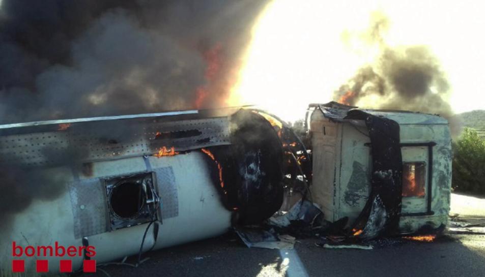 El camió, que ha bolcat a l'AP-7 a l'alçada de freginals, crema totalment.