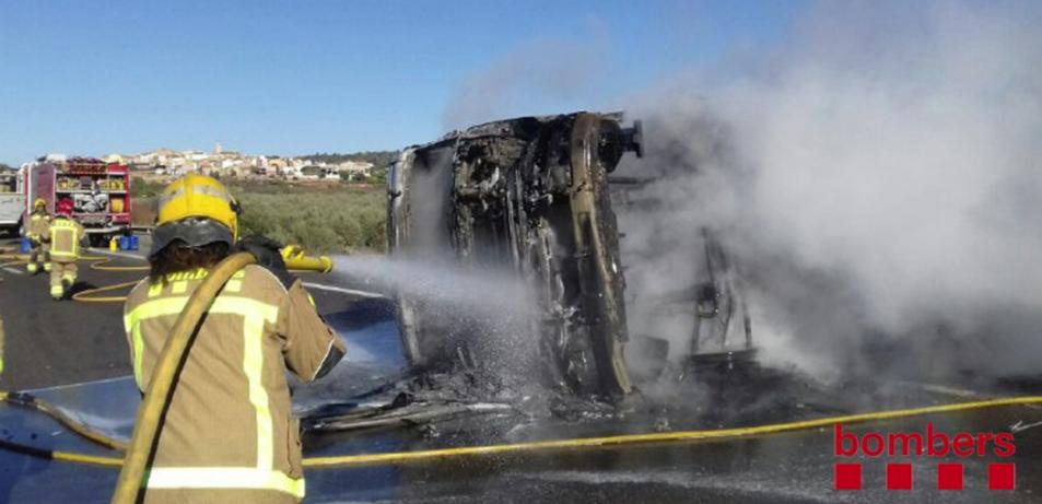 Imatge dels bombers apagant l'incendi que ha cremat un camió a l'AP-7 a Freginals.