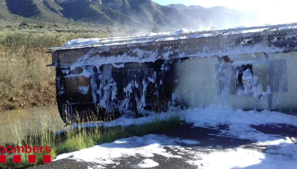 Imatge del camió cremat a la AP-7 al seu pas per Freginals.