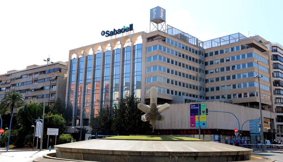 Imatge general de l'edifici que el Banc Sabadell té a Alacant i on s'ubicarà la seu social de l'entitat.