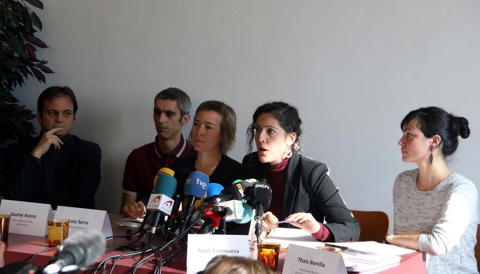 Roger Español, amb el tinent d'alcaldia de Drets de Ciutadania de Barcelona, Jaume Asens, les advocades Laia Serra i Anaïs Franquesa i Thais Bonilla, de Novact.