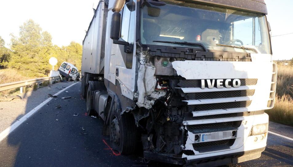 El camió accidentat a la C-37 a Valls, en primer terme, amb el turisme on viatjaven les víctimes al fons.