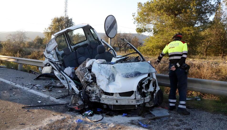 La furgoneta accidentada a la C-37 a Valls, amb un agent dels Mossos d'Esquadra al costat.