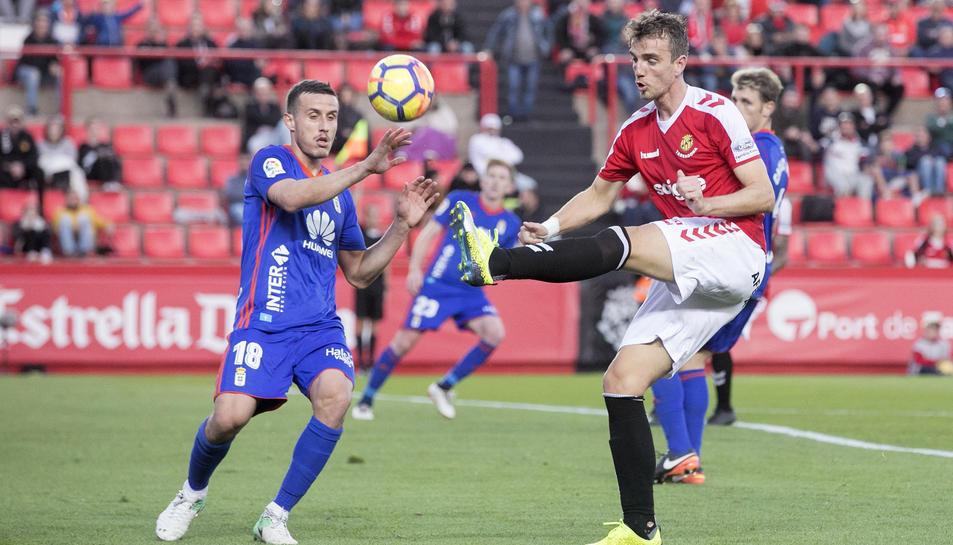 Manu Barreiro disputant una pilota al Nou Estadi durant el partit contra l'Oviedo.
