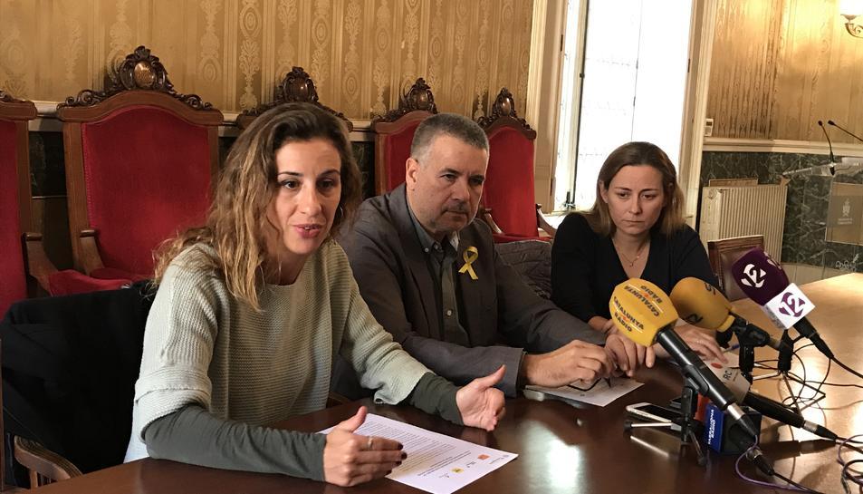 La portaveu de la CUP, Laia Estrada, el portaveu d'ERC, Pau Ricomà, i la regidora del PDeCAT Cristina Guzmán, durant la roda de premsa.
