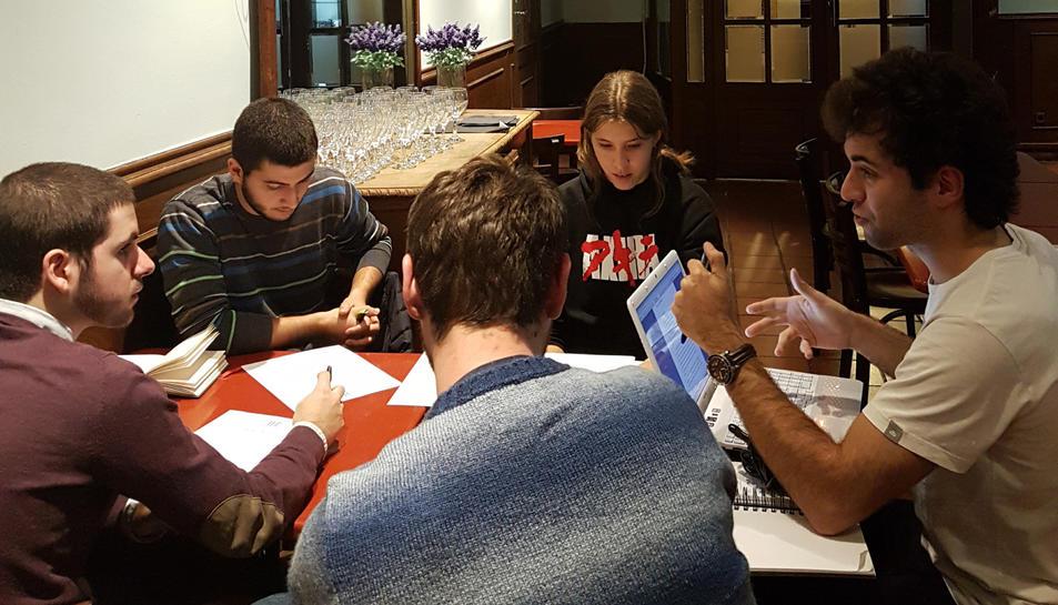 Els joves aprenen tots els secrets per fer un bon guió de cinema de la mà de David Aymerich.
