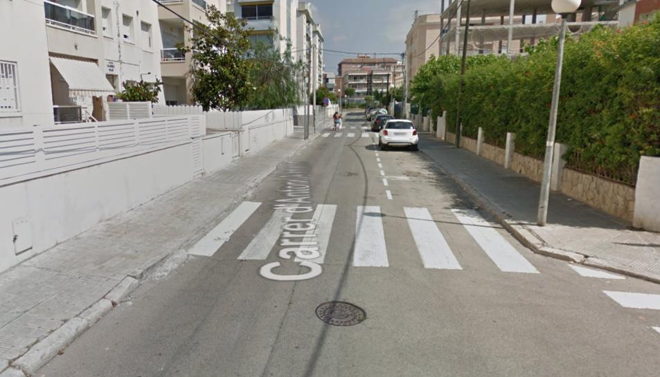 Imatge del carrer Antoni Almanzor de Calafell, on es troba la casa on van enxampar als detinguts.