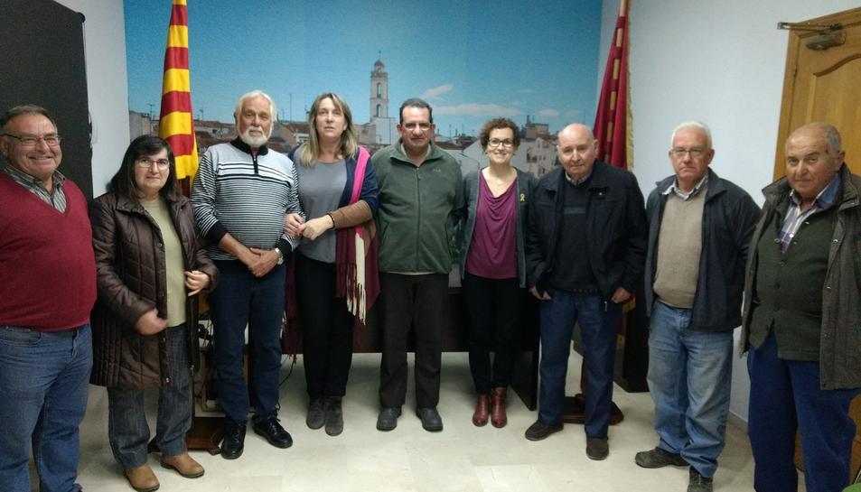 Imatge de la regidora de Cultura, Judit Vidal; i l'alcaldessa de la vila, Agnès Ferré, amb membres de l'Associació dels Tres Tombs de la Bisbal -actualment no està en actiu- que col·laboren amb la celebració actual de la festa, organitzada per l'Ajuntament de la Bisbal
