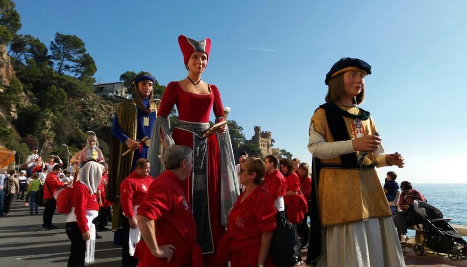 Els Veguers de Montblanc van participar a la cercavila junt a gegants d'arreu del món.