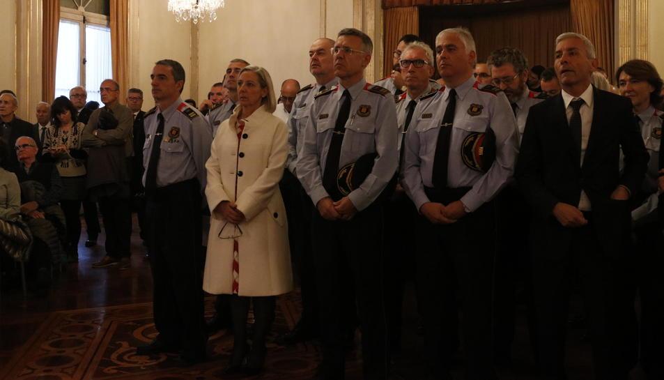 El comissari dels Mossos d'Esquadra Joan Carles Molinero i la presidenta de la FAFAC, Imma Fernández, en la presentació del calendari solidari del cos policial.