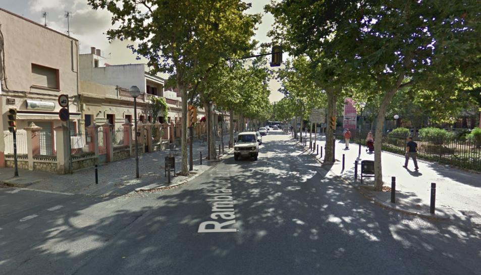 L'home es va saltar el semàfor en vermell a la cruïlla entre el carrer de la Unió i la rambla Josep Tomàs ventosa.