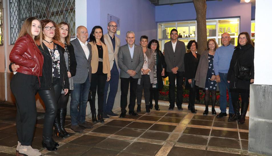 Representants de la comunitat educativa del passat i del present del centre durant l'acte.