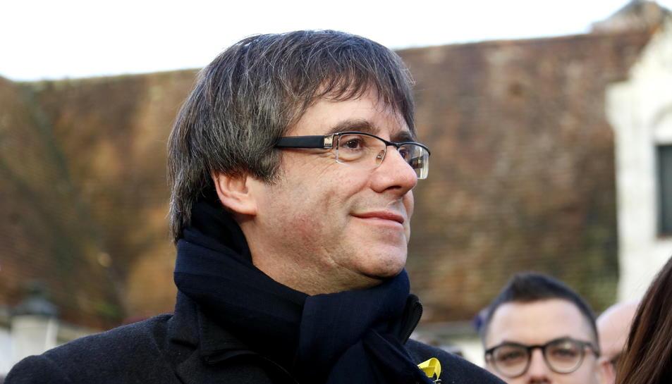 Carles Puigdemont, amb el llaç en solidaritat als presos polítics, en una imatge el 25 de novembre a Bèlgica (horitzontal)