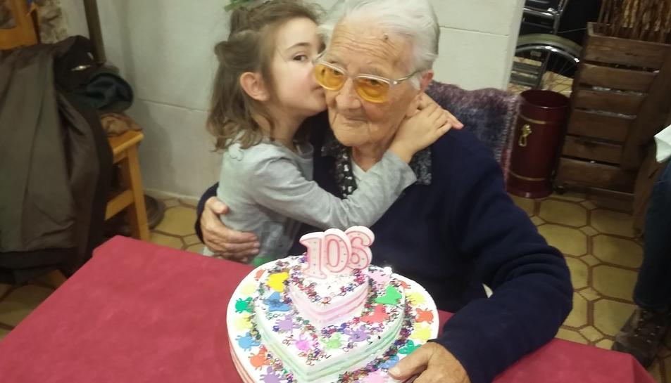 L'Amèlia Guardià de 106 anys rebent un detall de la seva besnéta Amèlia Ventura de 5 anys.
