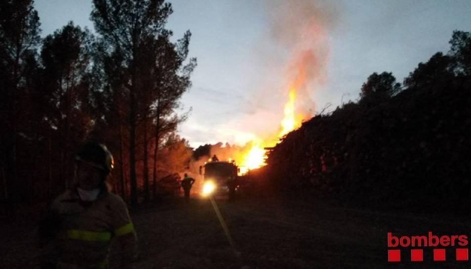 Crema pila de troncs a la zona de Fontscaldes, Valls.