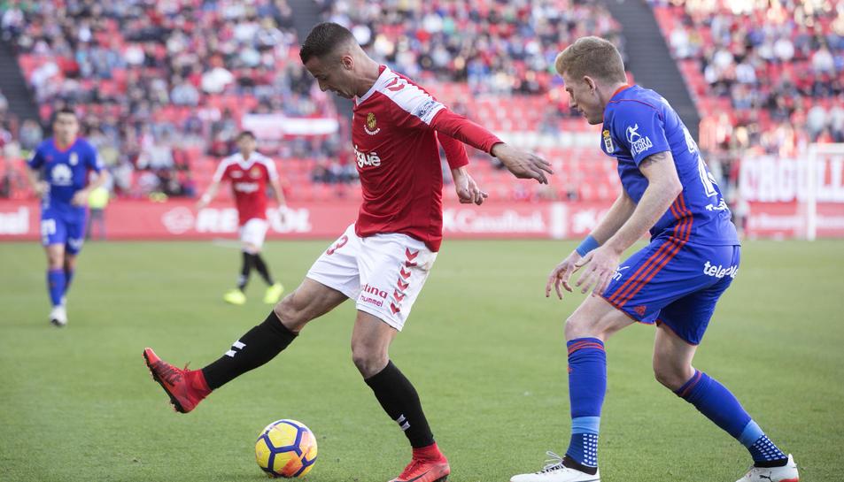 Sergio Tejera, durant una acció del Nàstic-Oviedo d'aquesta temporada, davant de Mossa, exjugador del Nàstic.